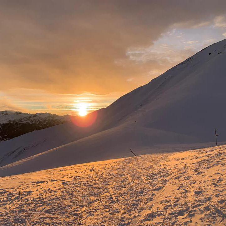 Bärghuis Schönbüel Sonnenuntergang Winter Skitour